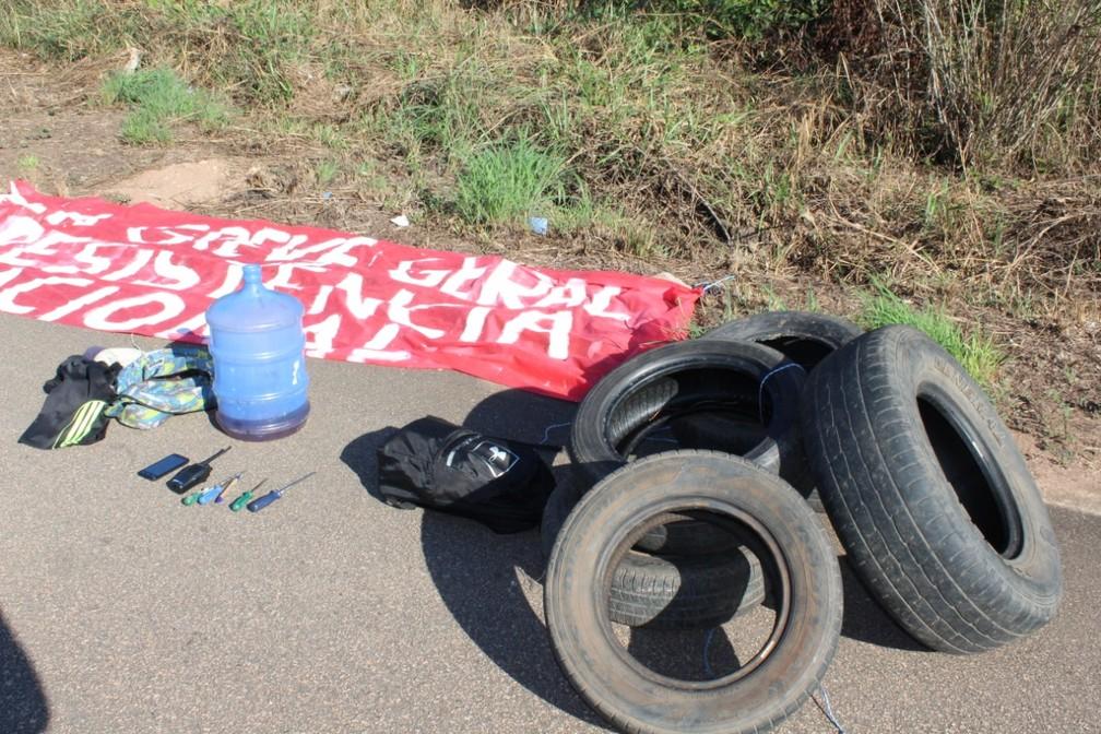 PORTO VELHO, 9h: com o grupo foram apreendidos pneus, gasolina e outros objetos — Foto: Diêgo Holanda/G1