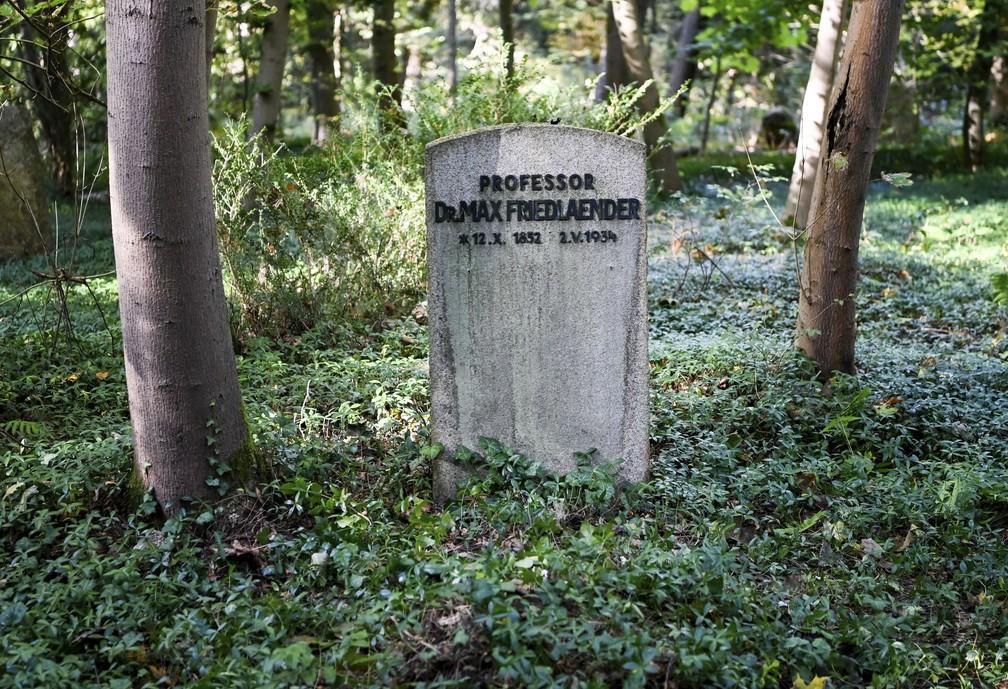 Túmulo de Max Friedlaender, um musicólogo judeu que está enterrado no Suedwestkirchhof Stahnsdorf, na Alemanha, em foto de 12 de outubro de 2021. Nazista que negava o Holocausto foi enterrado no antigo túmulo do musicólogo judeu. — Foto: Jens Kalaene/dpa via AP