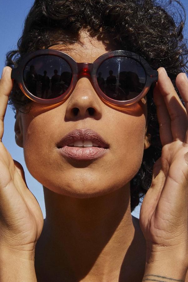1b7b8d63e9bbc Via Mia lança coleção de óculos superfashionistas - Glamour   Moda