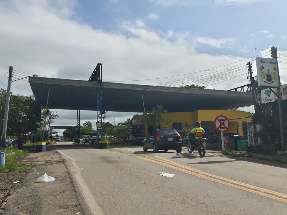 Na fronteira entre Brasil e Venezuela, o limite entre os dois países é marcado apenas por cancelas  (Foto: Emily Costa/ G1 RR)