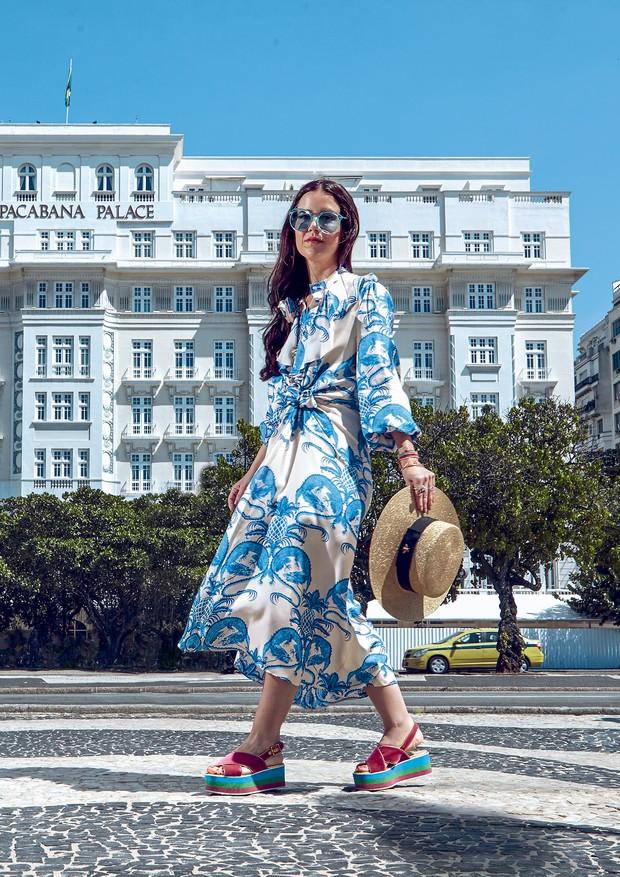 Em frente ao Copacabana Palace, a stylist carioca Luciana Novis usa vestido (R$ 16.440), óculos (R$ 1.400), chapéu e sandálias, tudo Gucci (Foto: Fabian Alvarez)