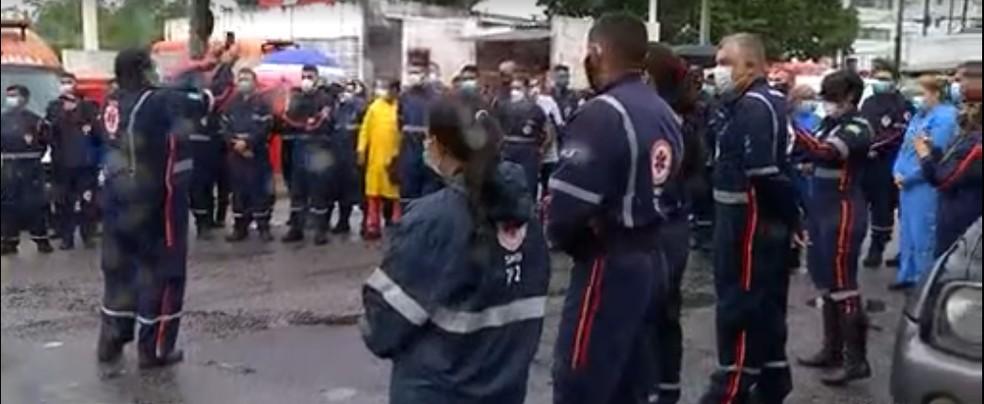 Servidores do Samu reunidos em frente à sede do órgão em Natal — Foto: Reprodução/Inter TV Cabugi