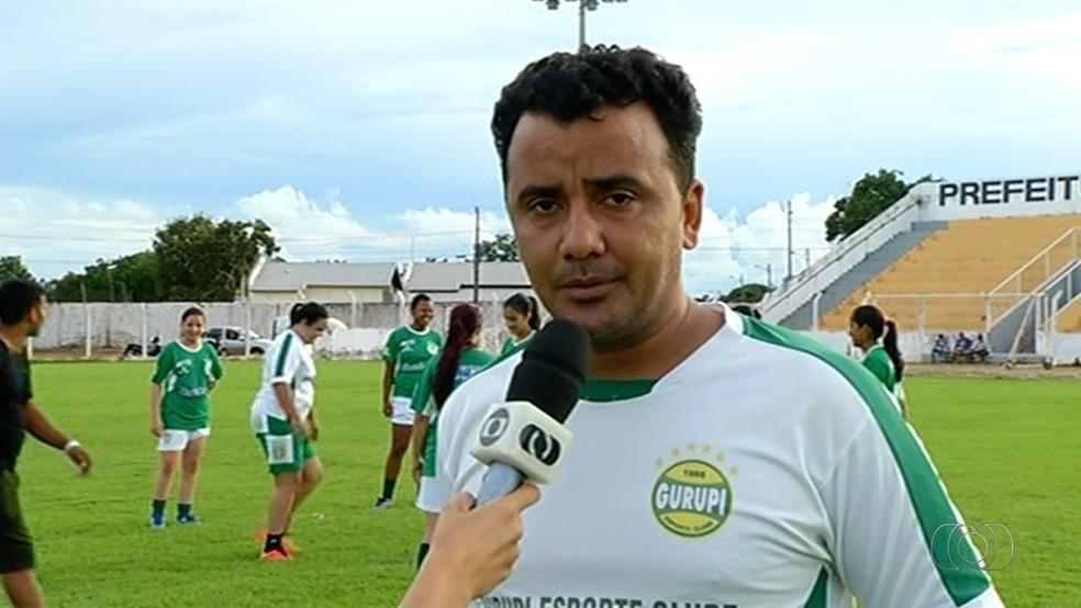 Estevam Neto é o técnico do time feminino do Gurupi (Foto: Reprodução/TV Anhanguera)