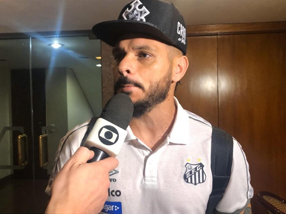 Pará, do Santos, concede entrevista em Goiânia, na chegada da delegação ao hotel — Foto: Laura Fonseca
