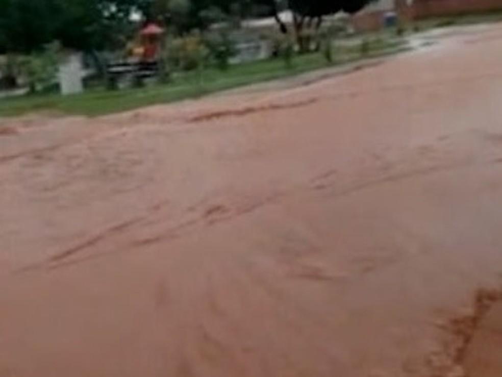 Moradora do setor disse que teve dificuldades para sair de casa — Foto: Reprodução/TV Anhanguera