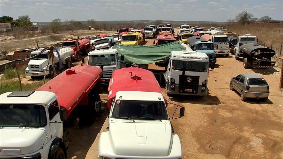 -  No Ceará trabalham cerca de 1.800 pipeiros que distribuem água para as comunidades atingidas pela estiagem  Foto: TVM/Reprodução
