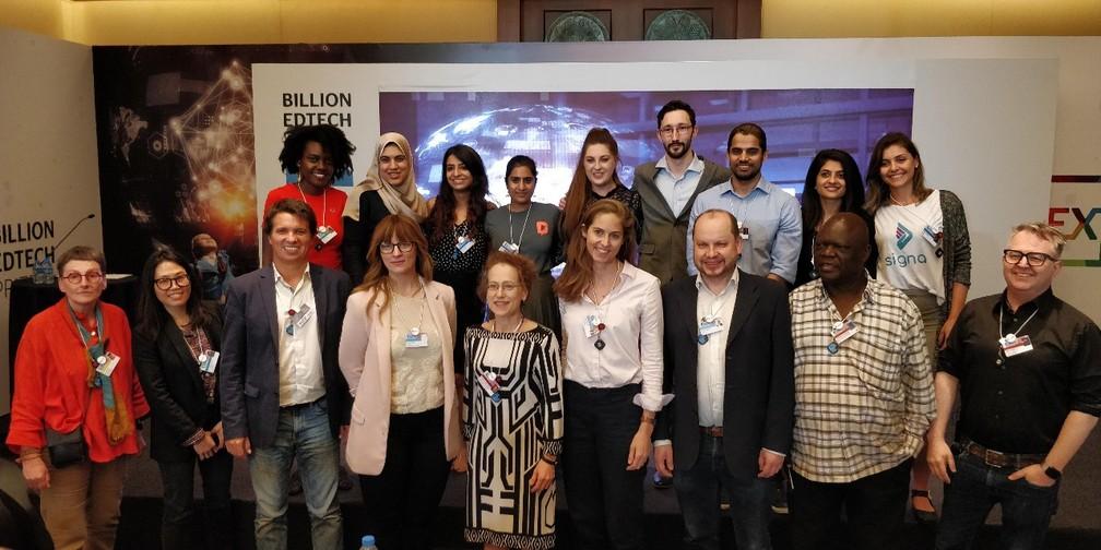 Finalistas e jurados do prêmio Next Billion, em Dubai — Foto: Fabrício Vitorino/G1