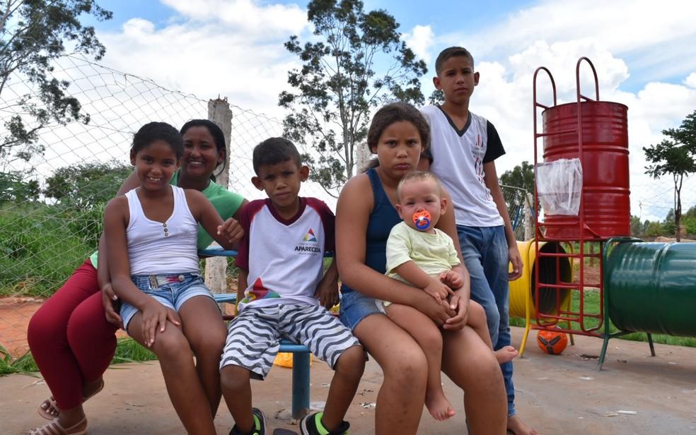 Francisca mora com o marido e cinco filhos em área invadida próximo ao aterro sanitário de Aparecida de Goiânia, Goiás — Foto: Vitor Santana/G1