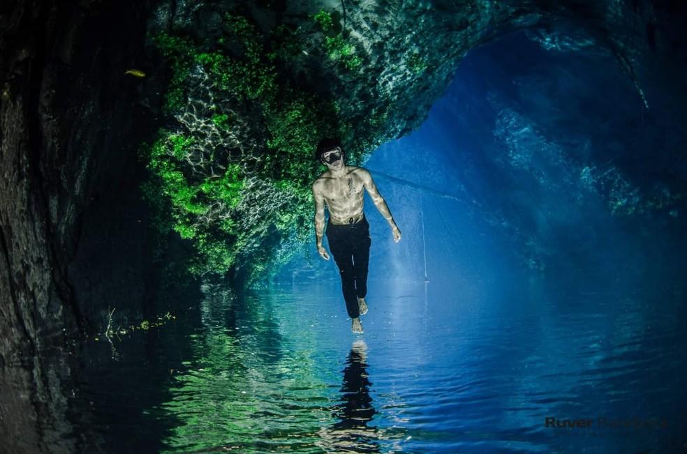 Modelo fotográfico em caverna inundada 'anda' sobre as águas durante ensaio. — Foto: Ruver Bandeira/Foto
