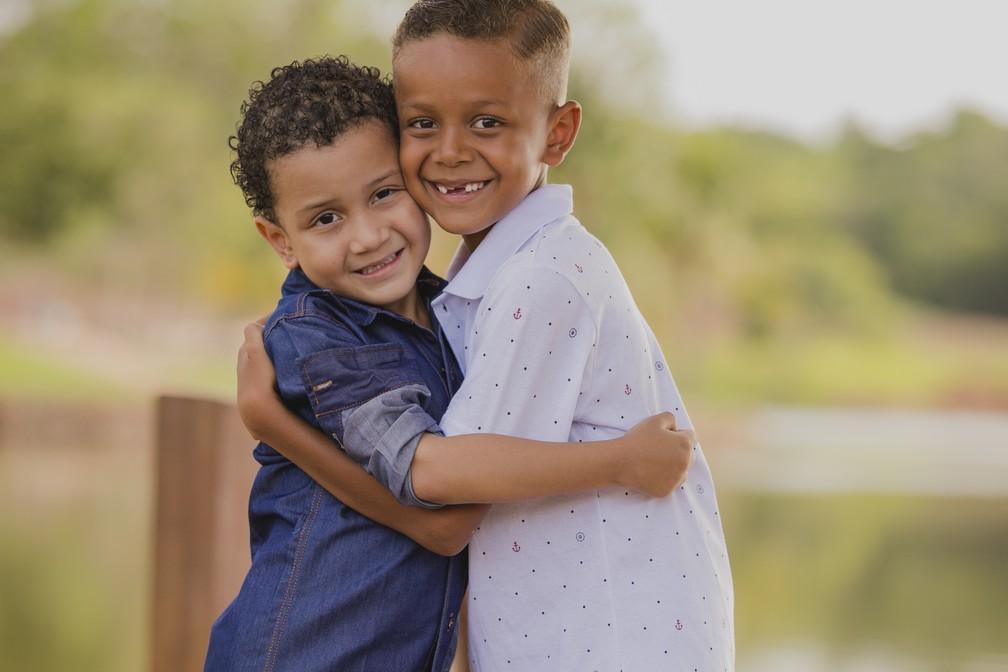 Enzo posa com o irmão de 7 anos — Foto: Jonathas Neles/Divulgação