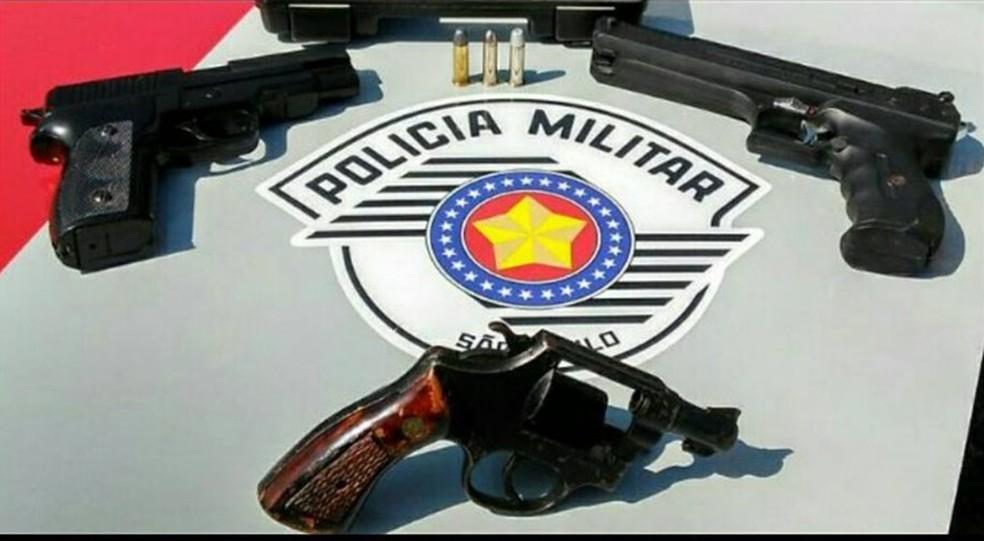 Armas apreendidas pela PM com os suspeitos (Foto: Divulgação/PM)