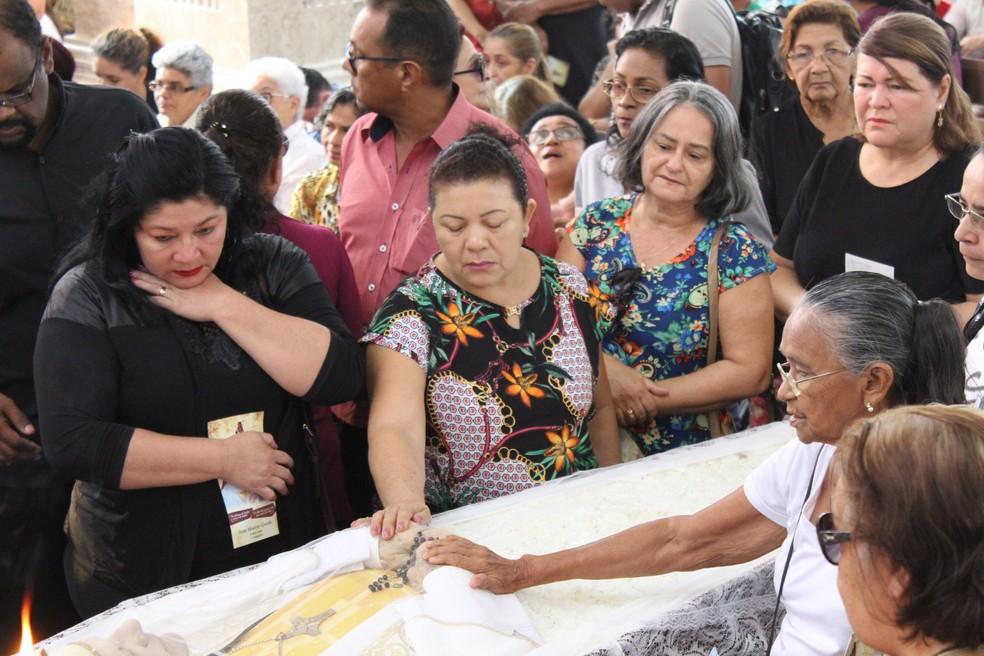 Fiéis fazem última despedida na catedral de Porto Velho — Foto: Diêgo Holanda/G1