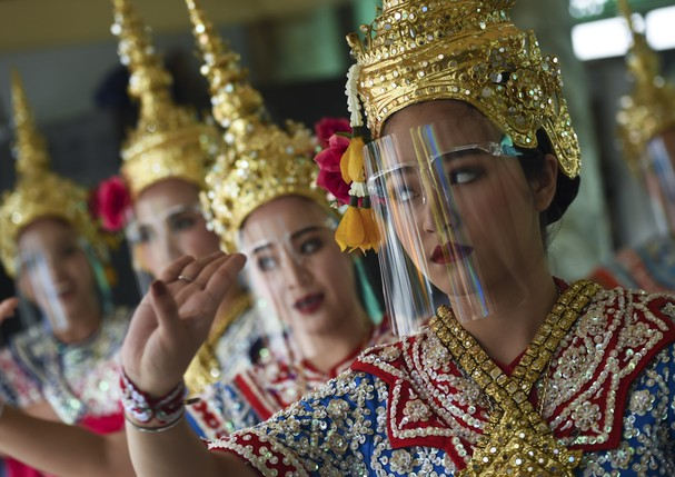 Traditional Thai dancers use face shields while performing for worshippers, after the government eased some coronavirus restrictions, at Erawan shrine, in Bangkok, Thailand, 04 May 2020. (Photo by Anusak Laowilas/NurPhoto via Getty Images) (Foto: NurPhoto via Getty Images)