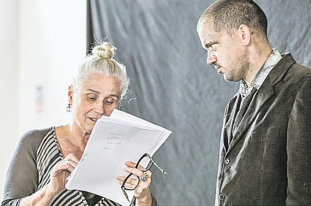 Vera Holtz dirige uma montagem de 'A peste' de Albert Camus, com Pedro Osório (Foto: Renato Mangolin)