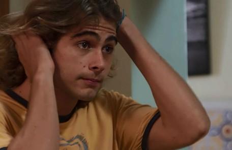 Na quarta (10), João assistirá a uma notícia sobre o uso de exame de DNA para desvendar crimes e pensará em comprovar sua inocência. TV Globo