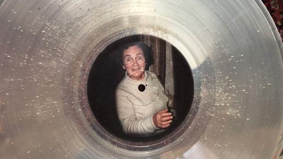Há cerca de uma colher de chá de cinzas no vinil em memória de Madge Hobson (Foto: AND VINYLY)