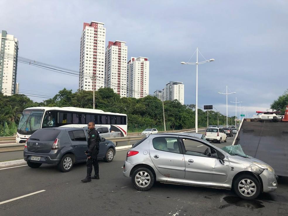 Acidente com capotamento deixa dois feridos na Av. Pinto de Aguiar, em Salvador — Foto: Anderson Ferreira/TV Bahia