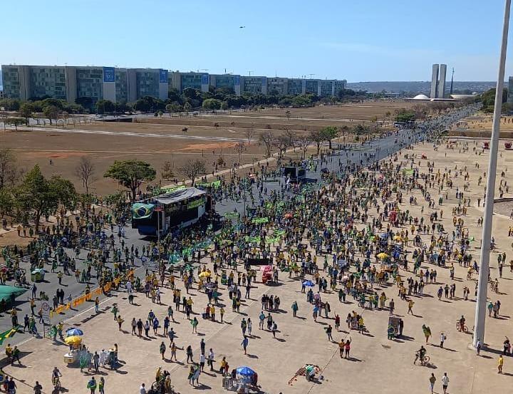 Grupo faz protesto a favor de Bolsonaro e pelo voto impresso na Esplanada dos Ministérios, em Brasília