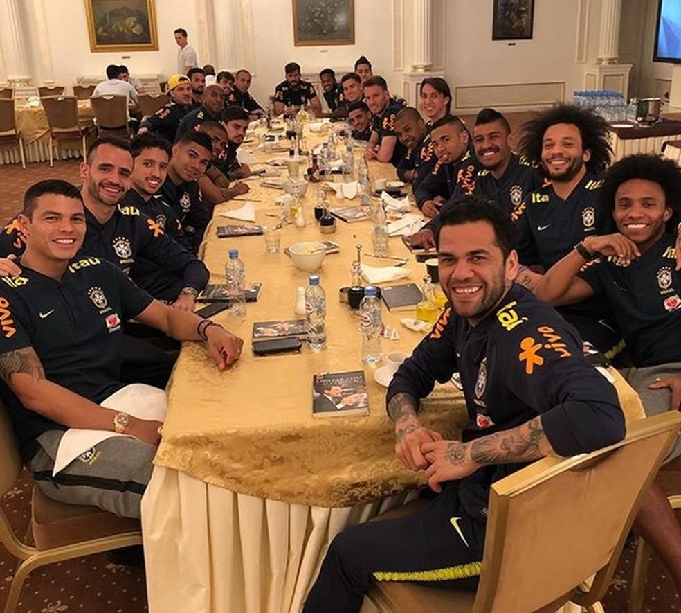 Jogadores da Seleção com os livros que ganharam de presente de Tite (Foto: Reprodução/Instagram)