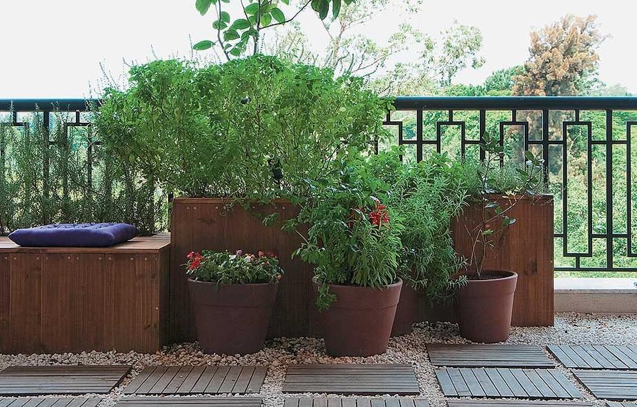 A varanda com jeito de jardim é exatamente o que a moradora deste apartamento queria: aconchegante, com plantas e temperos frescos sempre à mão. O paisagista Roberto Riscala fez um projeto com diversas caixas de pínus. Há manjericão e alecrim