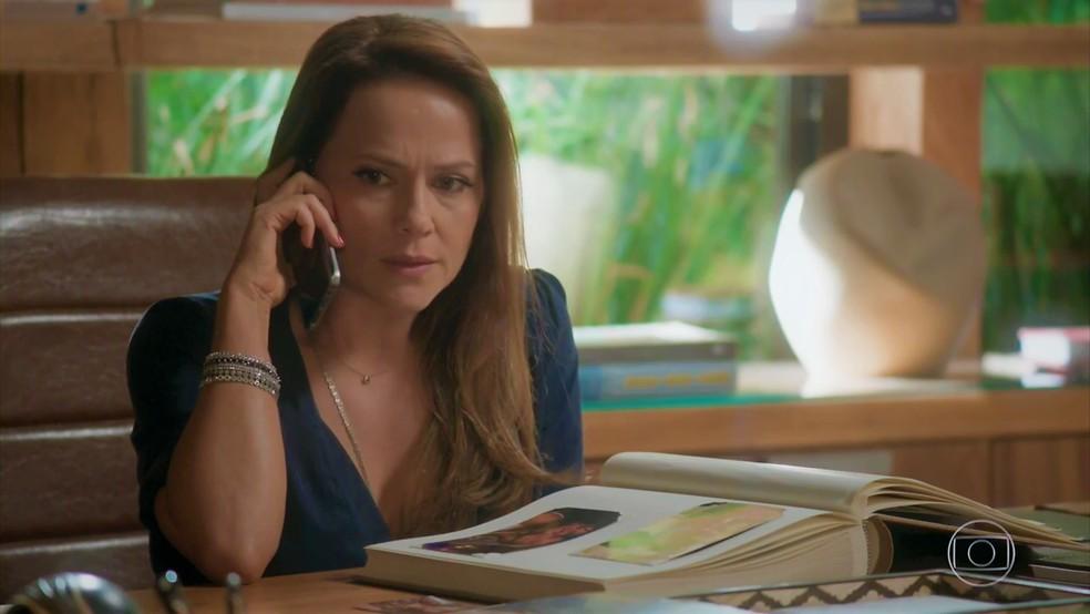 Lili (Vivianne Pasmanter) pede sigilo ao advogado da Bastille — Foto: TV Globo