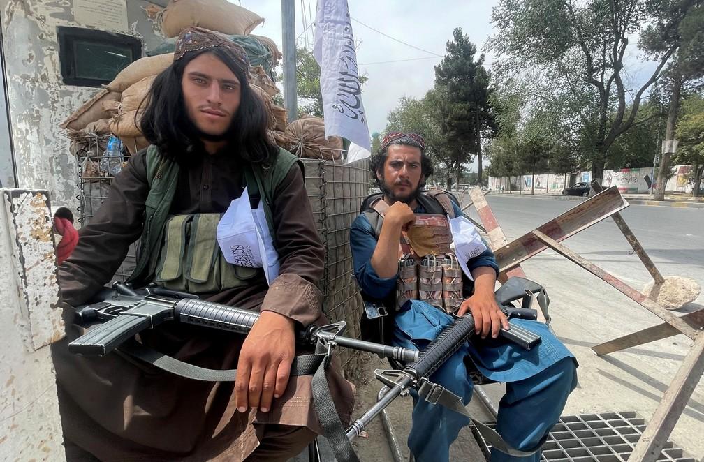 Membros do Talibã em um posto de controle em Cabul, no Afeganistão, nesta terça-feira (17) — Foto: Stringer via Reuters