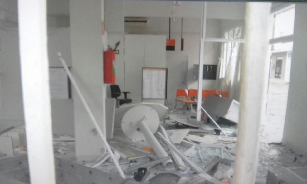 Bandidos explodiram caixas de dois bancos (Foto: Reprodução/ Inter TV)