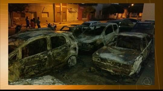 Carros ficam destruídos em incêndio em pátio no fórum de São Bento, PB