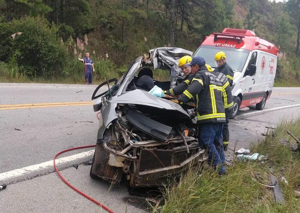 Ocupantes do Fit de Maravilha-SC morreram na BR-282 após acidente com caminhão e outro carro — Foto: Bombeiros/Divulgação