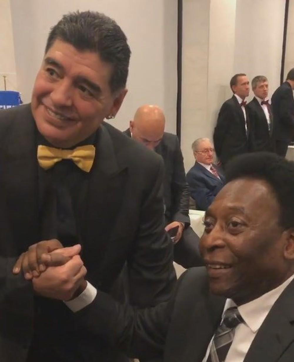 Ídolos de Brasil e Argentina, Pelé cumprimenta Maradona em Moscou (Foto: Reprodução / Twitter)
