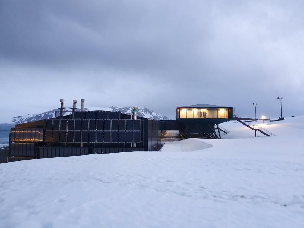 Painéis solares na Estação Antártica Comandante Ferraz: como o Sol fica na linha do horizonte, e nunca acima da construção, as placas precisam ser instaladas na posição vertical — Foto: Divulgação / Estúdio 41