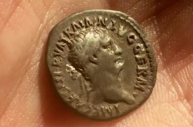 Uma moeda encontrada na vila subterrânea (Foto: Keith Westcott)