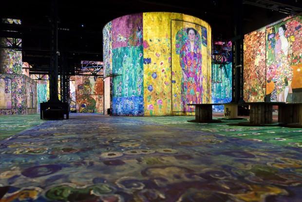 Museu digital de Paris surpreende com instalações do piso ao teto (Foto: Reprodução)