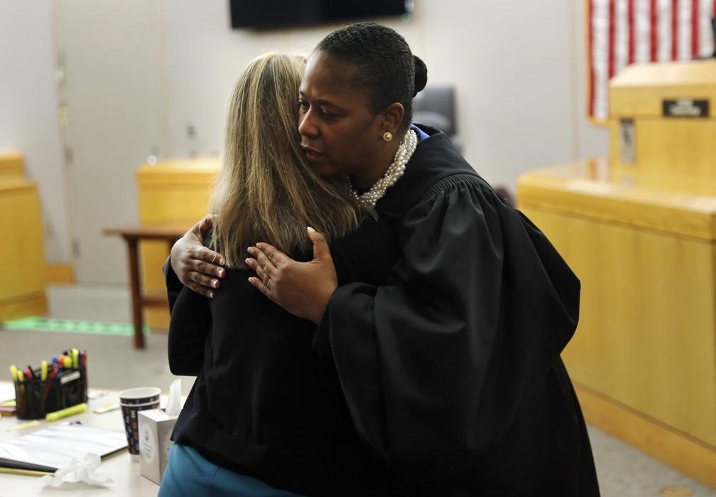 A juíza Tammy Kemp também abraçou a ex-policial Amber Guyger antes que ela fosse levada da corte. — Foto: The Dallas Morning News via AP/Tom Fox