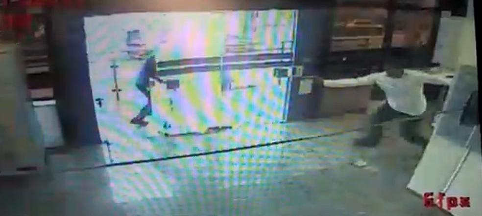 Vídeo mostra vigilante sendo morto por bandido em assalto no Recife — Foto: Reprodução/WhatsApp