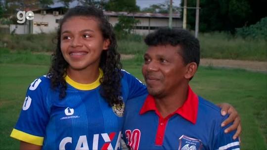"""Pai chora ao ver filha agradecer apoio dado para seguir no futebol feminino: """"Sempre do meu lado"""""""