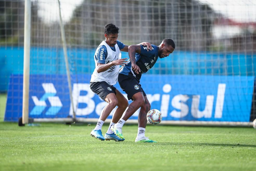 Fabrício disputa com Paulo Miranda em treino do Grêmio — Foto: Lucas Uebel/Grêmio