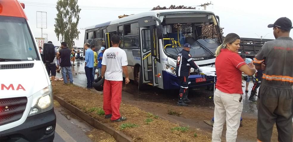 Criança de 4 anos fratura a perna em acidente entre caminhão e ônibus na BR-242 — Foto: Adê Cerrado/Cerrado em foco