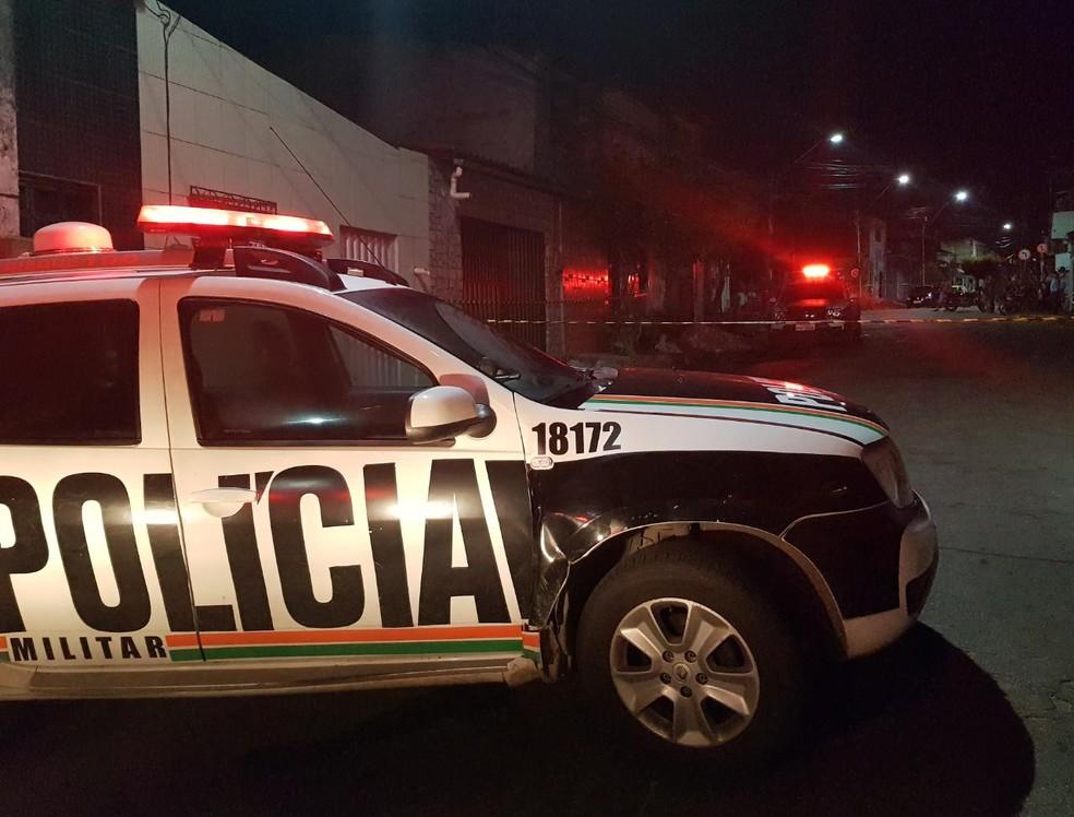 Homem estava caminhando pela rua quando dois suspeitos o atacaram no bairro Autran Nunes. — Foto: Rafaela Duarte/ SVM