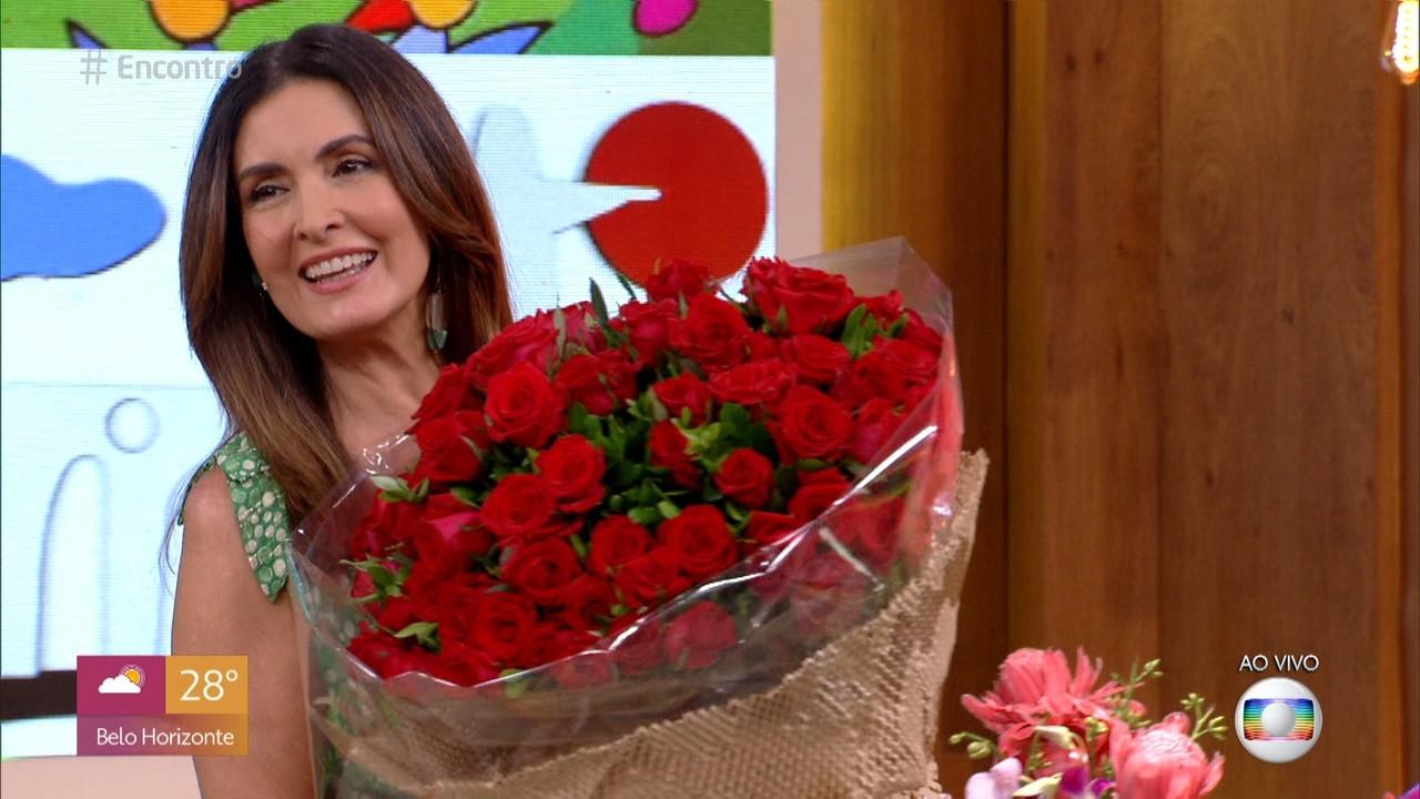 Eduardo Sterblitch leva flores para Fátima Bernardes
