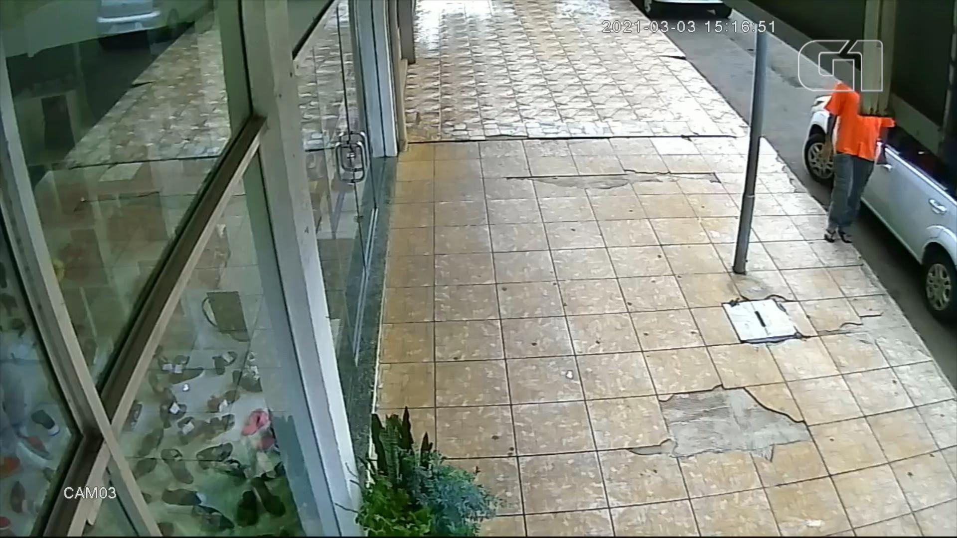 Homem com coronavírus é preso após passar a mão em maçaneta de carro; veja vídeo