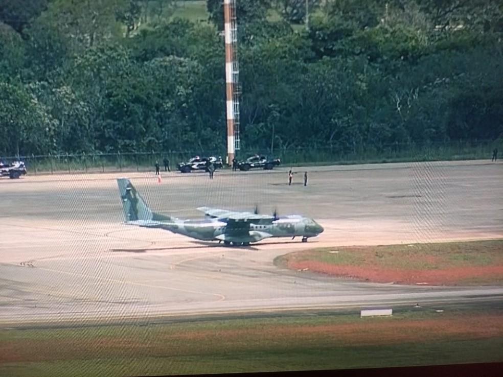 Avião da Força Aérea pousa no Aeroporto Internacional de Brasília — Foto: TV Globo/Reprodução