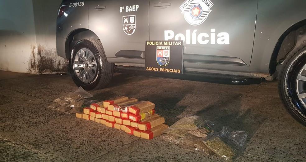 Tabletes de maconha foram apreendidos na SP-270 — Foto: Polícia Militar