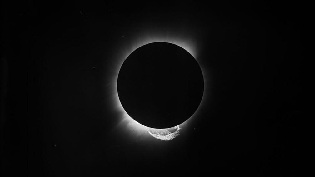 O eclipse total do Sol, fotografado no Ceará, permitiu que cientistas britânicos confirmassem as previsões do jovem alemão Albert Einstein sobre como a luz se comporta em relação à gravidade — Foto: Science Museum London