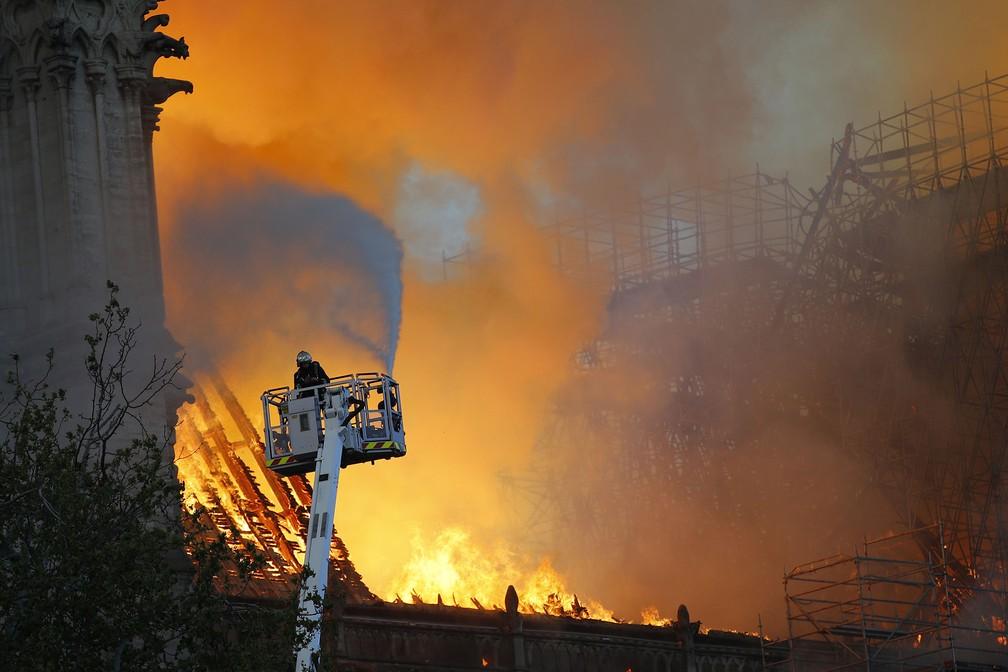 Bombeiros tentam conter incêndio na Catedral de Notre-Dame, em Paris — Foto: François Mori/AP