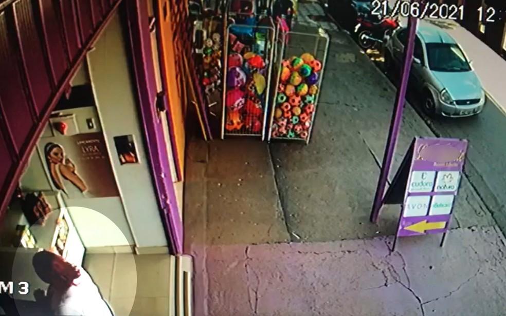Câmera de segurança flagrou momento em que a mulher entrou na loja de Luziânia, Goiás — Foto: Reprodução/TV Anhanguera