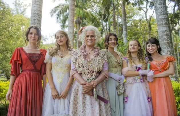 Ofélia (Vera Holtz) e as filhas se reunirão quando Elisabeta (Nathalia Dill) chegar ao Brasil. Lídia (Bruna Griphao) estará grávida e se emocionará: 'Insuportáveis vocês e essa mania de serem as melhores irmãs do mundo' (Foto: TV Globo)