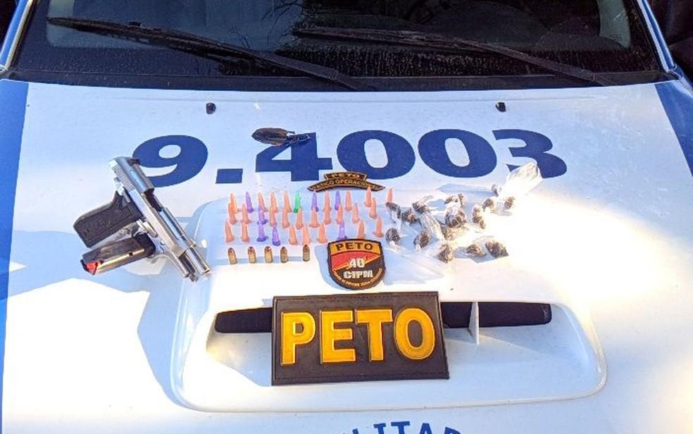 Material apreendido com suspeito morto após confronto (Foto: Divulgação/ SSP-BA)