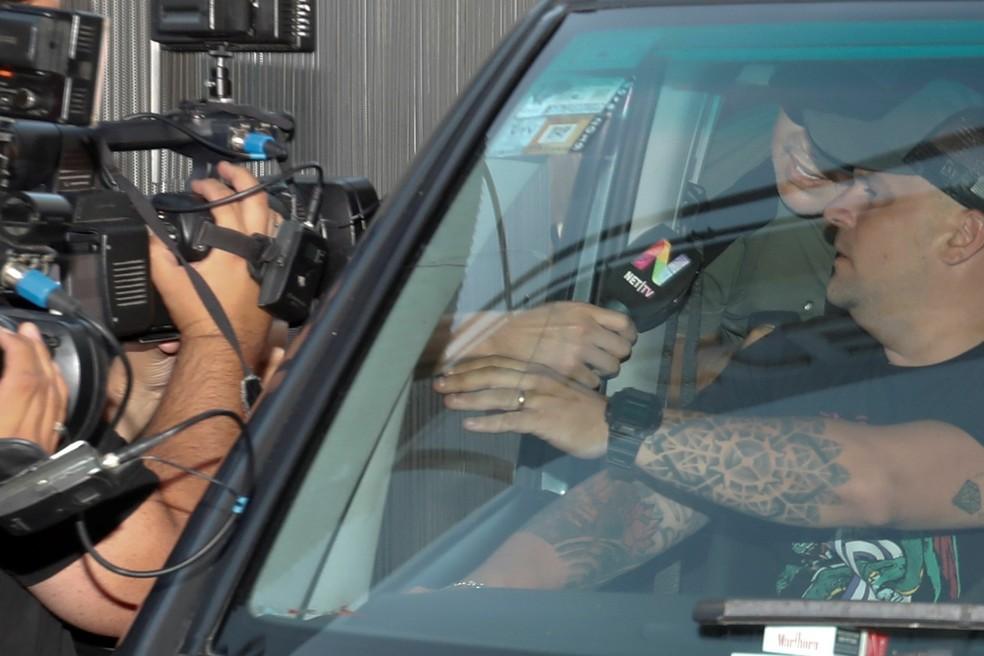 Maradona na saída da clínica de Buenos Aires na semana passada — Foto: EFE/Juan Ignacio Roncoroni
