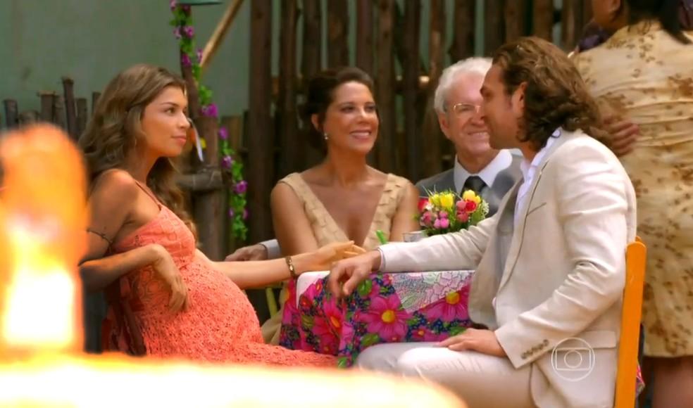 Ester exibe barrigão de grávida no casamento de Quirino (Aílton Graça) e Doralice (Rita Guedes), em 'Flor do Caribe' — Foto: Globo